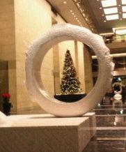 中之島ダイビルのオブジェとクリスマスツリー(2013.12.23).JPG